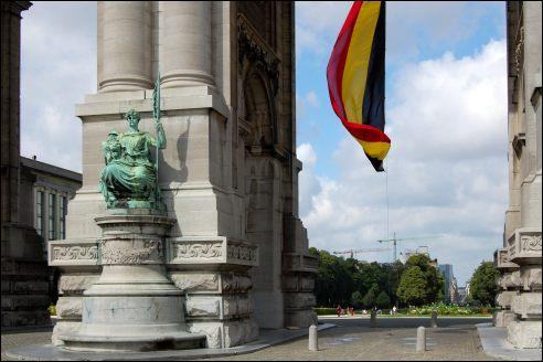 Vlag onder Triomfboog Jubelpark Brussel