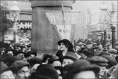 Norman Whitehouse spreekt de suffragettes in New York toe in december 1913
