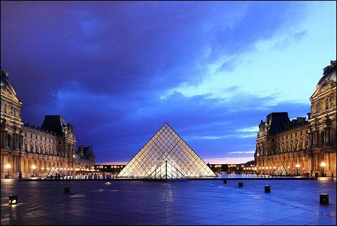 Piramide bij het Louvre Museum