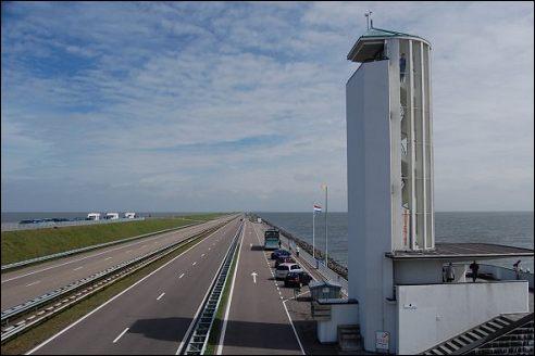 Afsluitdijk met monument Dudoc