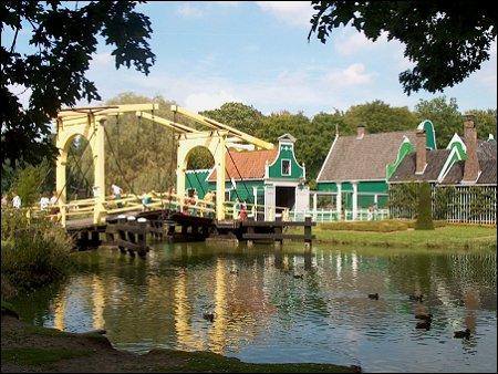 Openluchtmuseum met brug naar Zaanse buurt