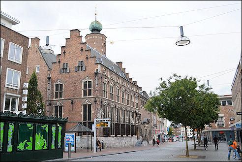 Burchtstraat met links het Raadhuis