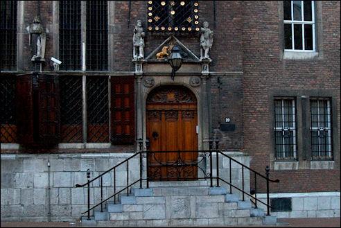 De ingang van het stadhuis aan de Burchtstraat