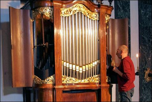 Foto Lodewijk Gerretsen: Intoneren en stemmen van het orgel