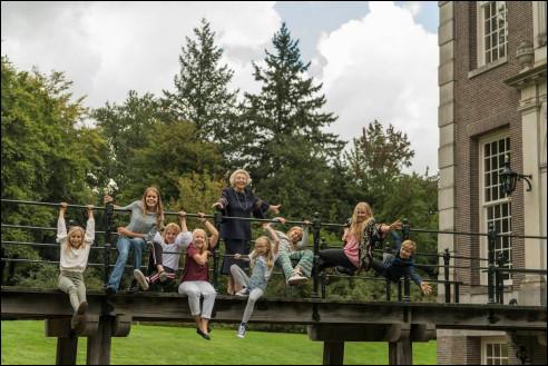 Beatrix en haar kleinkinderen bij kasteel Drakensteyn