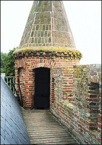 een hoektorentje met weergang van het kasteel Brederode