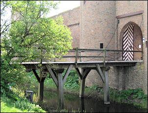 de slotbrug naar de voorburcht van kasteel Doornenburg