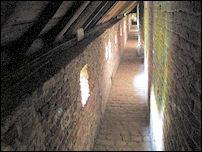 een overdekte weergang in kasteel Hernen