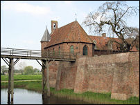 De op de muur van de voorburcht gebouwde kapel van kasteel Doornenburg