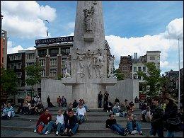 Monument op de Dam met toeristen