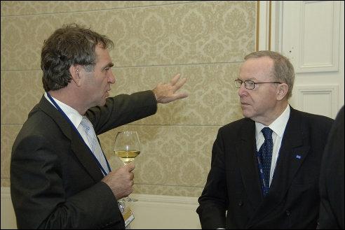 Pieter van Geel (links) in gesprek met Wilfried Martens