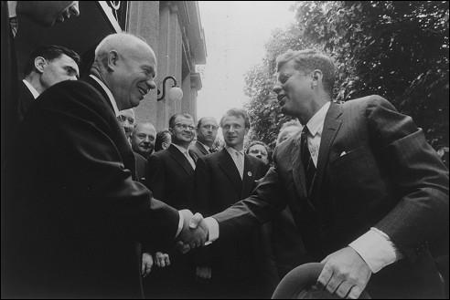 Nikita Chroesjtsjov ontmoet John F. Kennedy