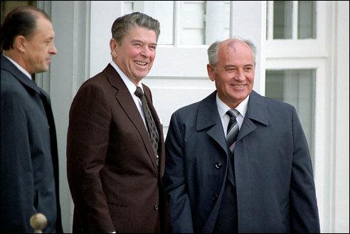 Michail Gorbatsjov (rechts) bij Ronald Reagan