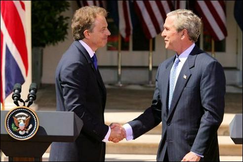 Tony Blair (l) en George W. Bush