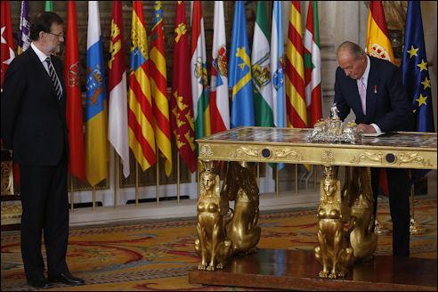 Koning Juan Carlos tekent zijn abdicatie in juni 2014