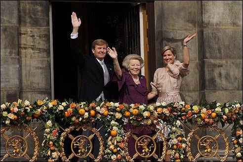 Willem-Alexander, Máxima en beatrix op bordes van Paleis op de Dam