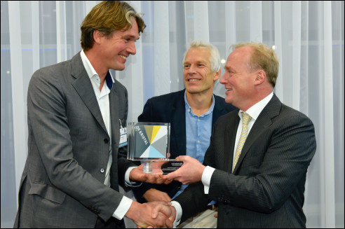 Carlos (rechts) reikt Kristalprijs uit aan Ivar Smits