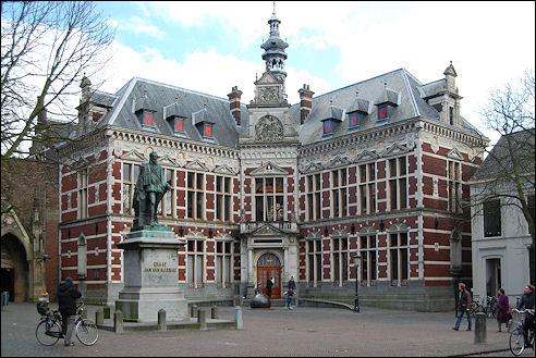 Het Academiegebouw aan het Domplein in Utrecht