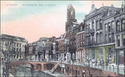 Oudegracht met stadhuis in Utrecht