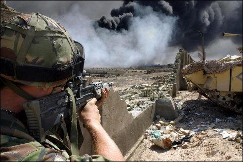 Brandende olieput in Irak in 2003