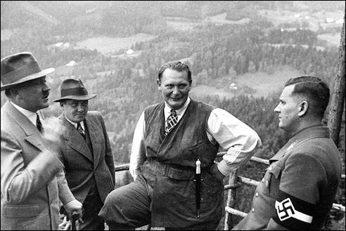 Adolf Hitler met Göring en Baldur von Schirach