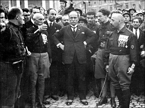 Mussolini met zijn strijdmakkers