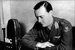 Prins Bernhard voor de microfoon van Radio Oranje in 1942